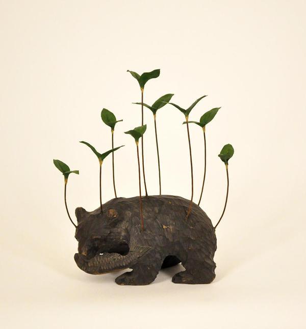 角文平_野生の記憶-熊-(8)_2013_熊の置物、鉄、鉛、和紙_230x160x85mm.jpg